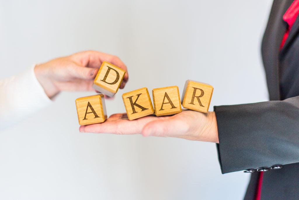Przewodnik po Modelu ADKAR, który jest zorientowany na cel model zarządzania zmianą, który kieruje zmianami indywidualnymi i organizacyjnymi.