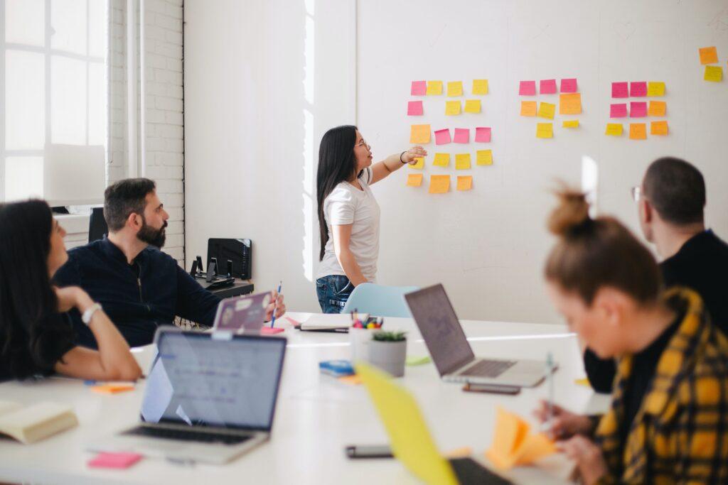 Integracja zmiany indywidualnej i organizacyjnej ma kluczowe znaczenie w sukcesie projektu. Czynnik ludzi współgra z działaniem operacyjnym.
