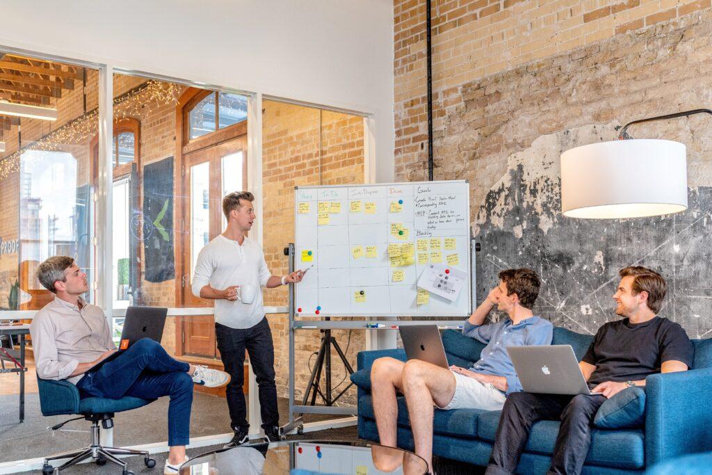 10 punktów dobrej komunikacji w zarządzaniu zmianą. Wykorzystaj je do audytu działań i planowanej komunikacji dla uruchamianych zmian.